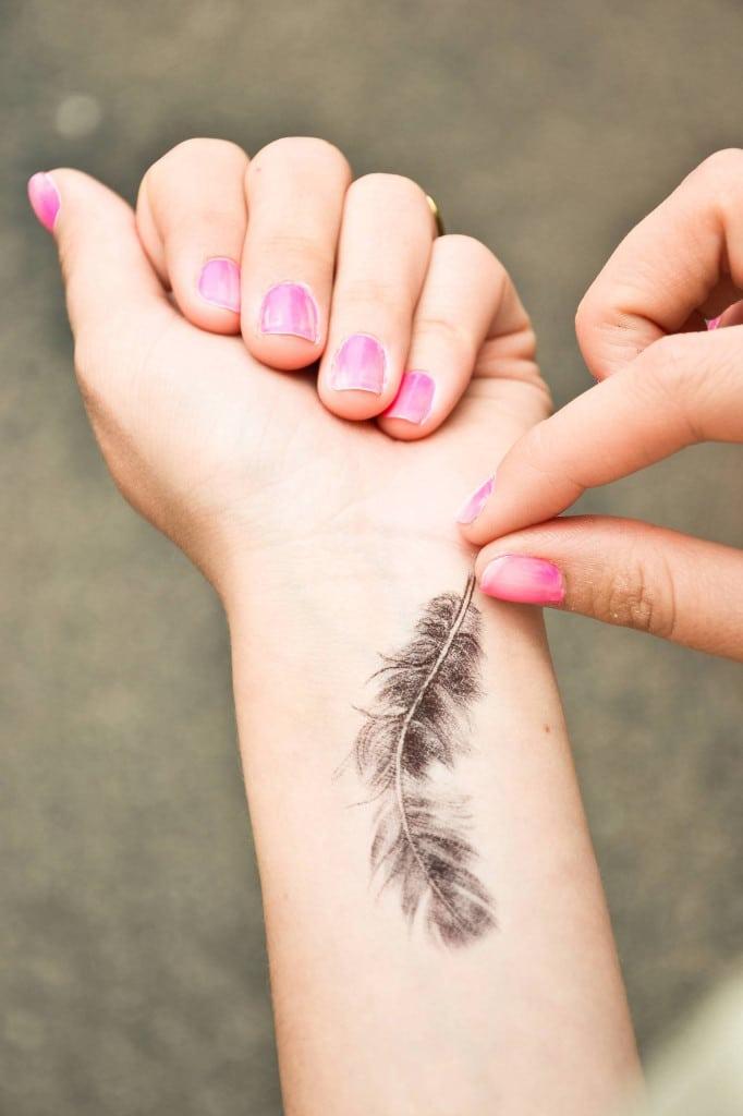 Le tatouage plume, une tendance toute en douceur !2