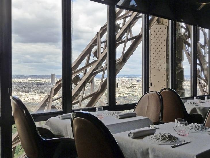 Vue sur Paris depuis le restaurant, au 2e étage de la Tour Eiffel.
