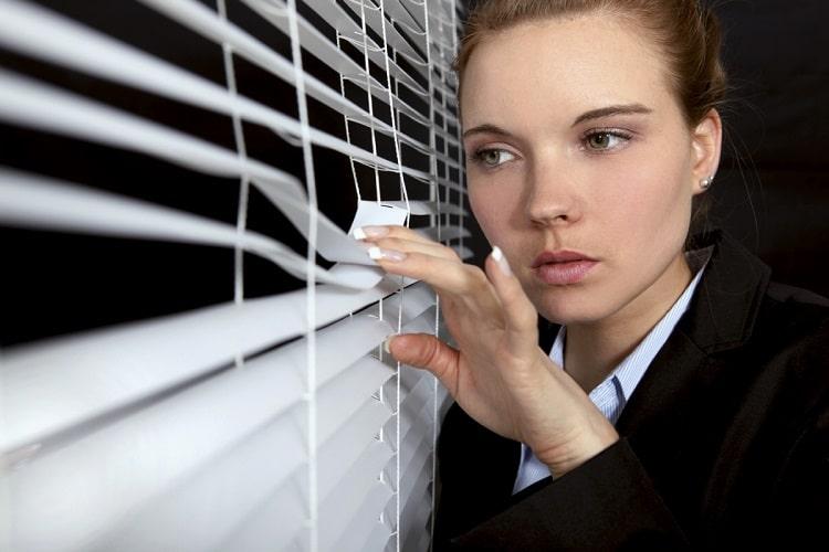 prot gez votre maison l 39 aide d 39 un agent de surveillance du domicile. Black Bedroom Furniture Sets. Home Design Ideas