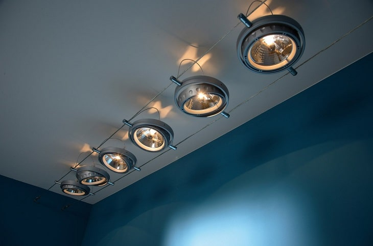 les spots sur c ble une luminosit flexible. Black Bedroom Furniture Sets. Home Design Ideas