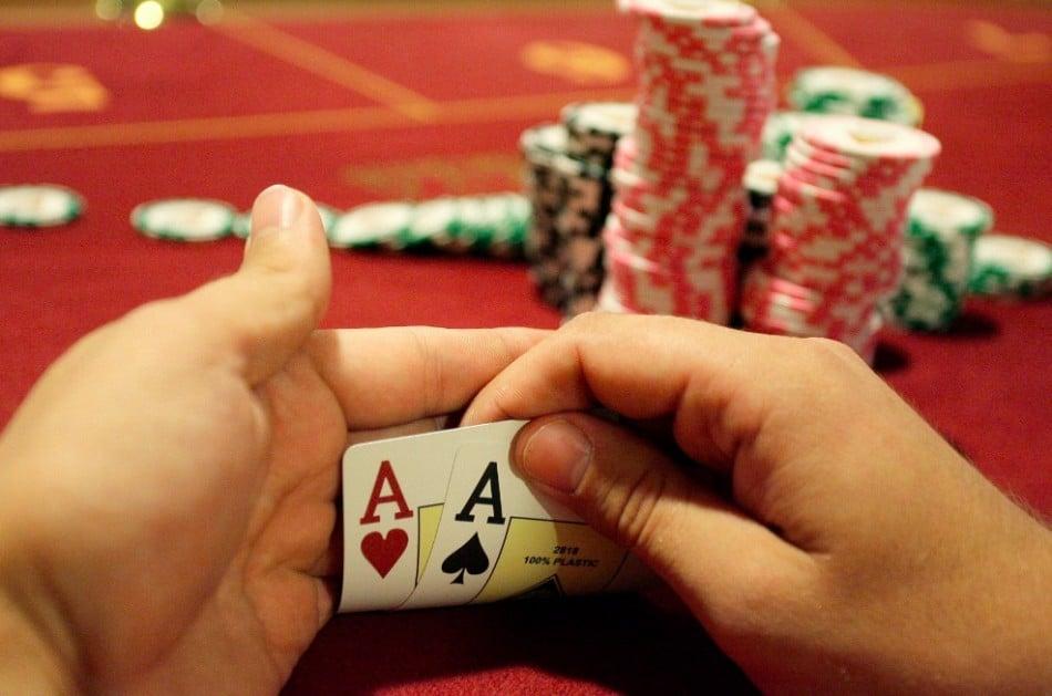 Joueur de poker qui bluffe