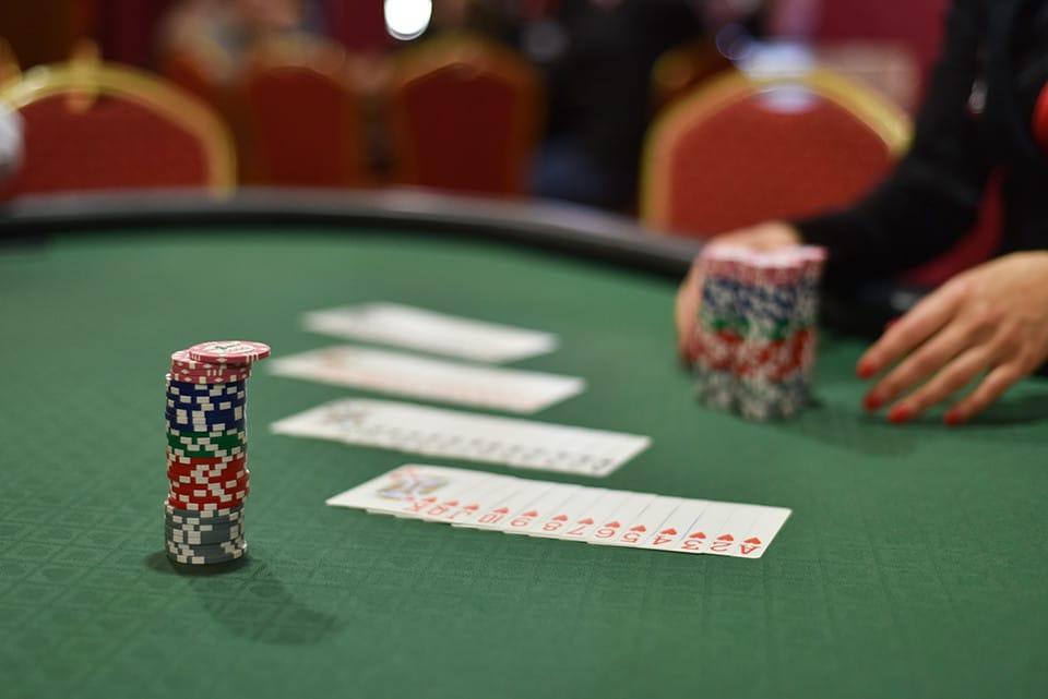 Joueur de poker qui bluffe1