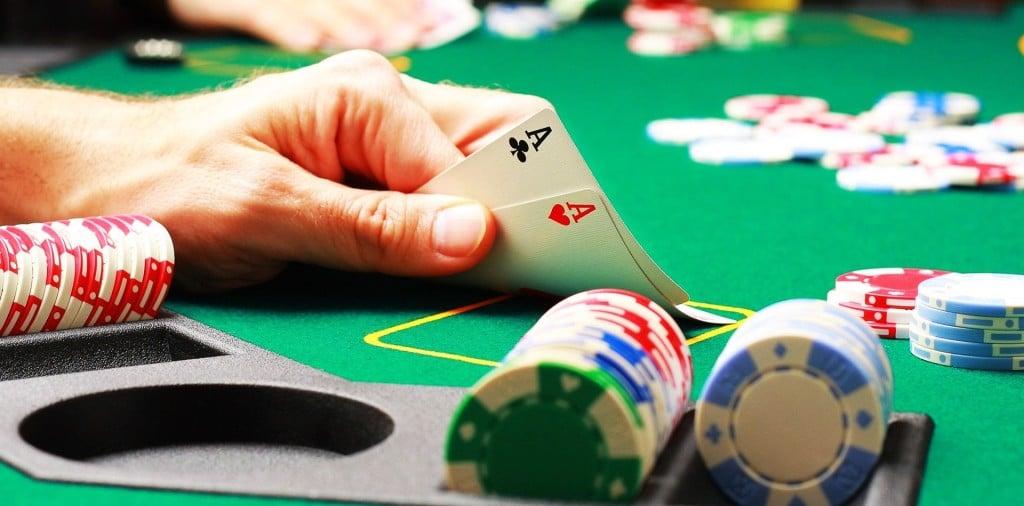 Joueur de poker qui bluffe2