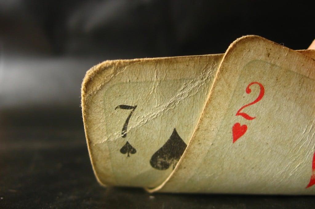 Joueur de poker qui bluffe3