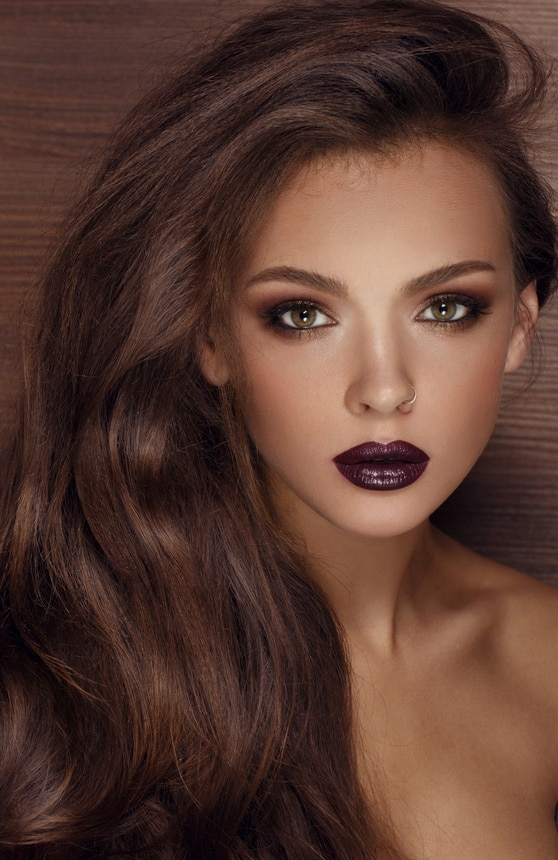 portrait d'une femme avec un rouge à lèvres noir
